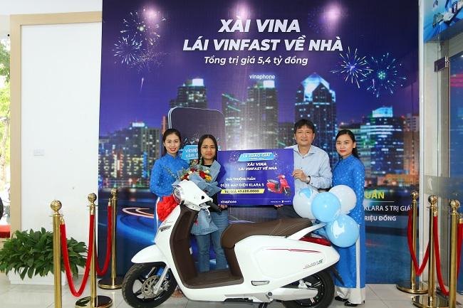 """Khách hàng Vinaphone tại Hà Nội nhận giải thưởng tuần """"xài Vina, lái VinFast về nhà"""""""
